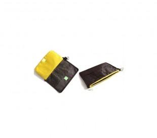 Porta pasaporte Travelling Wallet con tarjetero amarillo y negro