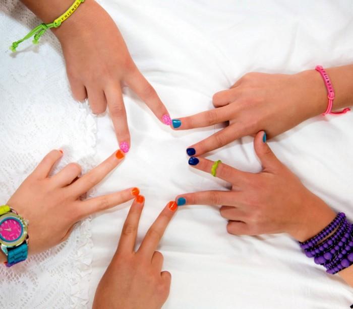 341056 Set de nail art party MAGIC NAILS con 2esmaltes y muchos acceor